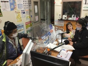 留萌のスタジオでの生放送の写真