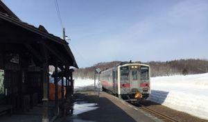 恵比島駅に入ってくる留萌本線列車の写真